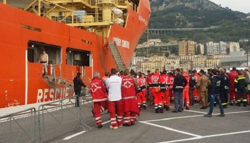 Immigrazione: a Salerno nave con a bordo circa 500 migranti