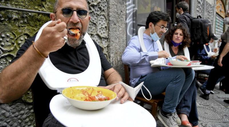 Napoli, Ristoratrice fa mangiare clienti su tavolette wc